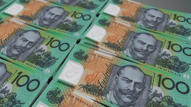 The Aussie dollar in focus and a nice trade on the USD/CHF which has fallen out of correlation with the EUR/USD